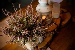 Uitstekende lantaarn met kaars en bosdecor herfststijl, Koffie, restaurant romantische decoratie De herfst witte lantaarn stock afbeeldingen