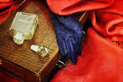 Uitstekende leerzak op rode textiel royalty-vrije stock fotografie