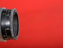 Uitstekende lens op rode achtergrond Royalty-vrije Stock Fotografie