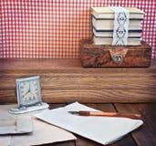 Uitstekende lijst met kantoorbehoeften stock afbeelding