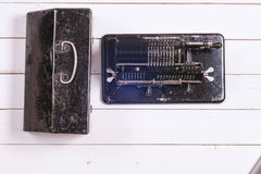 Uitstekende mechanische calculator op een witte rustieke houten achtergrond royalty-vrije stock foto's