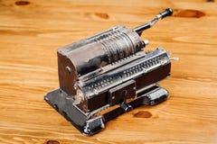 Uitstekende mechanische hand tellende machine voor wiskundige calc stock afbeelding