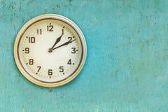 Uitstekende medio de 20ste eeuw plastic elektrische klok Royalty-vrije Stock Afbeeldingen
