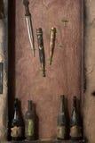 Uitstekende messen op de muur Stock Fotografie
