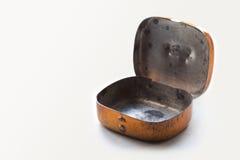 Uitstekende metaal rechthoekige doos de geopende, lege sjofele geweven container van de bronskleur Zachte nadruk Exemplaar ruimte Stock Foto