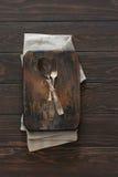 Uitstekende metaallepel en vork op een houten donkere achtergrond Stock Foto's