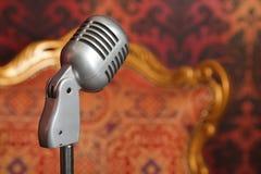 Uitstekende metaalmicrofoon tegen behang royalty-vrije stock afbeelding
