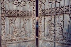 Uitstekende metaalpoort van privé binnenplaats met patronen, Tbilisi, Georgië Stock Fotografie