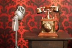 Uitstekende microfoon op achtergrond een telefoon stock afbeeldingen