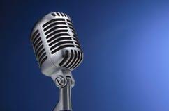 Uitstekende microfoon op blauw Royalty-vrije Stock Foto's
