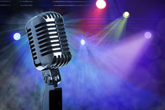 Uitstekende microfoon op stadium Royalty-vrije Stock Foto's