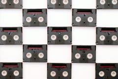 Uitstekende minidieDV-cassettebanden voor film terug in een dag worden gebruikt Patroon van plastic videobanden op witte achtergr royalty-vrije stock foto's