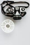 Uitstekende 35mm analoge camera en het ontwikkelen van spiraal Stock Foto's