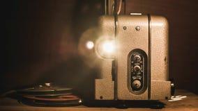 Uitstekende 8mm projector, vooraanzicht stock footage