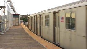 Uitstekende moderne grote metro van de staalmetro ondergrondse trein die de buurtpost van de binnenstad op spoorweg op bewolkte d stock videobeelden