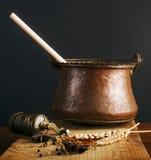 Uitstekende molen en ketel met kruiden Royalty-vrije Stock Fotografie