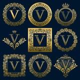Uitstekende monogrammenreeks van V-brief Gouden heraldische emblemen in kronen, ronde en vierkante kaders stock illustratie