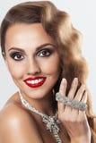 Uitstekende mooie glimlachende vrouw met jewerly Royalty-vrije Stock Foto's