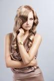 Uitstekende mooie vrouw in zijdekleding royalty-vrije stock foto's