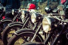 Uitstekende motorfietsentribune op een rij Royalty-vrije Stock Fotografie