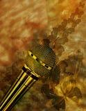 Uitstekende muziekachtergrond met microfoon Stock Foto's