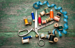 Uitstekende naaiende hulpmiddelen en gekleurde band/Naaiende uitrusting Royalty-vrije Stock Foto's