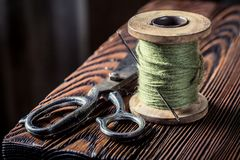 Uitstekende naaiende lijst met groene draden en schaar Royalty-vrije Stock Foto's