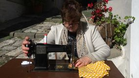 Uitstekende naaimachine met vrouwenmf stock footage