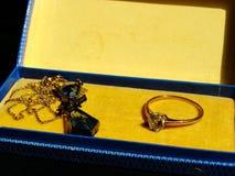 Uitstekende neckless en ring in kleine juwelendoos Sluit omhoog Nostalgie wijnoogst geheugen Familiejuwelen royalty-vrije stock afbeelding