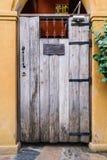 Uitstekende ontwerp houten deur op bakstenen muur Royalty-vrije Stock Fotografie