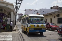 Uitstekende openbare bus in een straat van Santa Cruz, Bolivië Stock Foto's