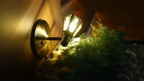 Uitstekende openluchtlamp op het huis dichte omhooggaand van de steenmuur stock videobeelden