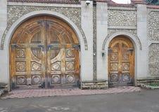 Uitstekende oude bruine oude houten poort in bakstenen muur royalty-vrije stock foto