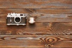 Uitstekende oude camera en lens op houten achtergrond Royalty-vrije Stock Afbeeldingen