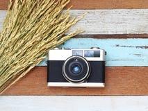 Uitstekende oude camera met de rijke installatie op houten Stock Fotografie