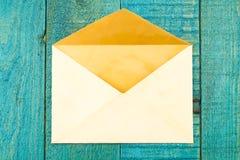 Uitstekende oude envelop blauwe houten achtergrond Stock Afbeeldingen