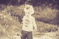Uitstekende oude foto van kind in aard stock afbeeldingen