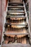 Uitstekende Oude Houten Ladder met Rusty Corrugated Metal Background royalty-vrije stock afbeeldingen