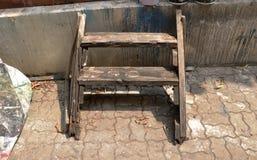 Uitstekende Oude Houten van de de Plankenladder van het Installatierek de Krukstoel met Vuile Muurachtergrond - Openluchtgarage V royalty-vrije stock afbeelding