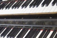 Uitstekende oude piano Close-up van toetsenbordsleutels royalty-vrije stock foto