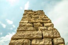 Uitstekende oude reusachtige baksteenkolom van bodemmening Royalty-vrije Stock Afbeelding