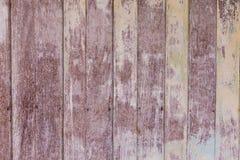 Uitstekende oude sjofele houten geschilderd met gebarsten kleurenachtergrond Stock Afbeeldingen