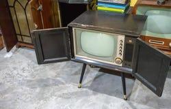 Uitstekende oude televisie op concrete vloer in de ruimte stock foto