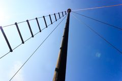 Uitstekende oude traditionele schip` s mast en ladder over duidelijke blauwe hemelachtergrond stock foto