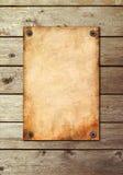 Uitstekende pagina op een houten muur Stock Fotografie