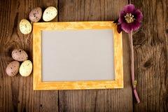 Uitstekende Pasen-achtergrond met omlijsting op donkere houten raad met exemplaarruimte Stock Fotografie