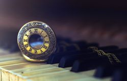Uitstekende pianosleutels met het antieke concept van de zakhorlogetijd Stock Foto