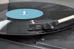 Uitstekende platenspeler met het spinnen van vinyl. Het onduidelijke beeldbeeld van de motie. Stock Afbeeldingen