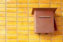 Uitstekende postbox op bakstenen muur Royalty-vrije Stock Afbeelding