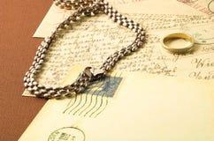 Uitstekende prentbriefkaar en gouden ring Stock Afbeeldingen